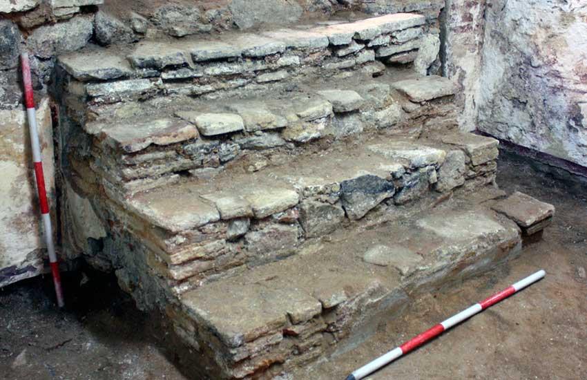 https://lurearqueologia.es/lu2021/wp-content/uploads/2013/11/escalera-bajo-escalera-arqueologia-1.jpg